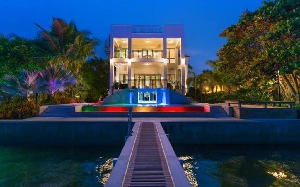inside 10 insane celebrity homes financebuzz. Black Bedroom Furniture Sets. Home Design Ideas